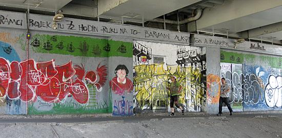 Praag_grafitti_tesnov_muur.JPG