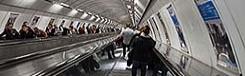 Lange roltrap in metro van Praag