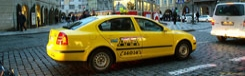 Met de taxi van het vliegveld naar de stad